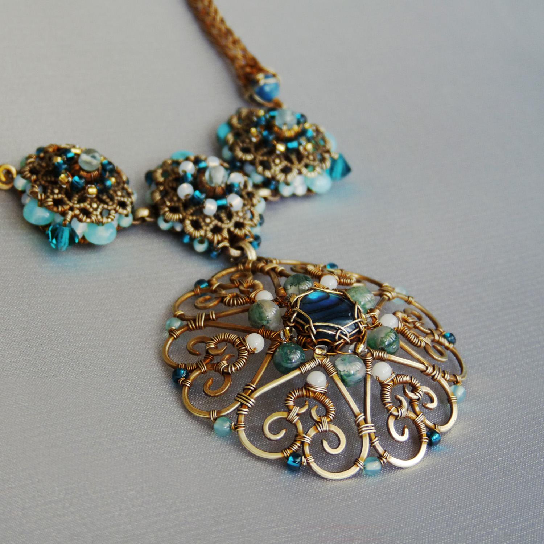 Autorský drátovaný náhrdelník s filigránovými motivy květiny, paua mušlí a drahými kameny
