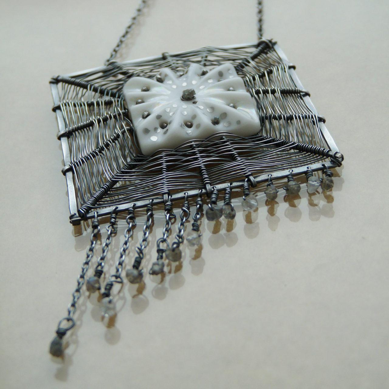 Drátovaný náhrdelník s pozcelánovým obrázkem ve středu, drobnými surovými diamanty a labradority vyrobený s postříbřeného drátu (silver-filled).