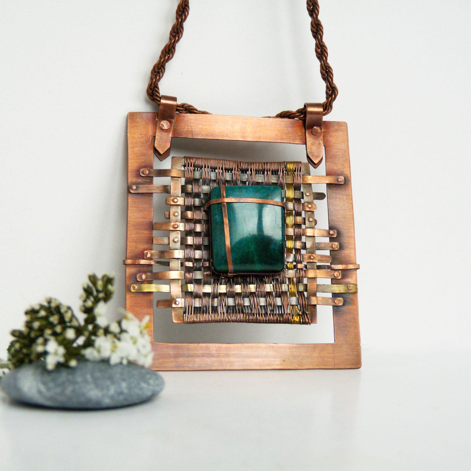 Autorský náhrdelník ve stylu steampunku z měděného rámu a chryzokolu vyplétaný mědí a mosazí