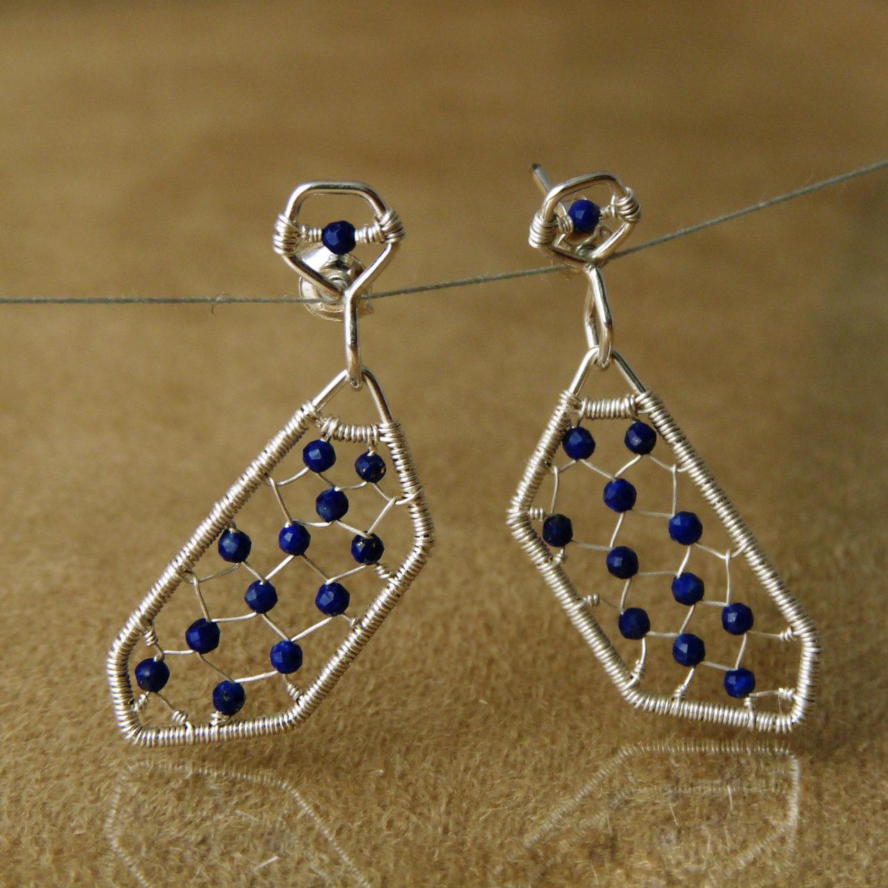 Netradiční drátované naušnice ze stříbra Ag 925/1000 a lapisu lazuli.