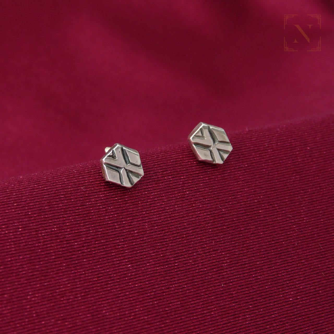 Drobné puzetové naušncie ze stříbra Ag 925/1000 se vzorem zvýrazněným patinou.