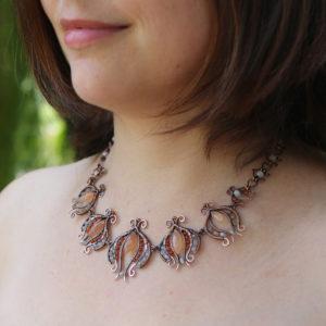 Autorský drátovaný secesně laděný náhrdelník z mědi, měsíčních kamenů a karneolů.