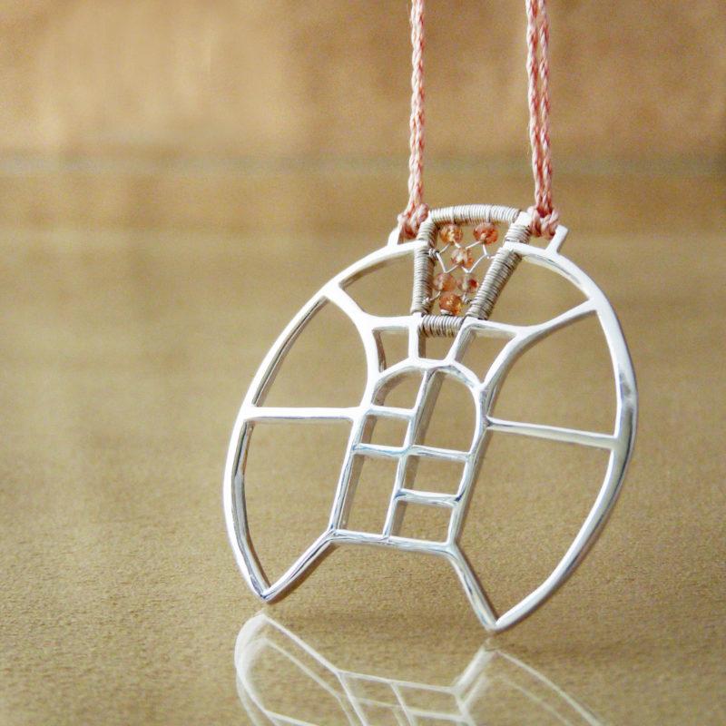 Autorský stříbrný náhrdelník s motivy architektury a vitráží, doplněný slunečními kameny.