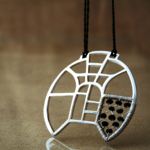 Autorský stříbrný náhrdelník s motivy architektury a vitráží, doplněný onyxy.