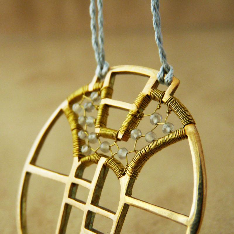 Autorský bronzový náhrdelník s motivy architektury a vitráží, doplněný měsíčními kameny.