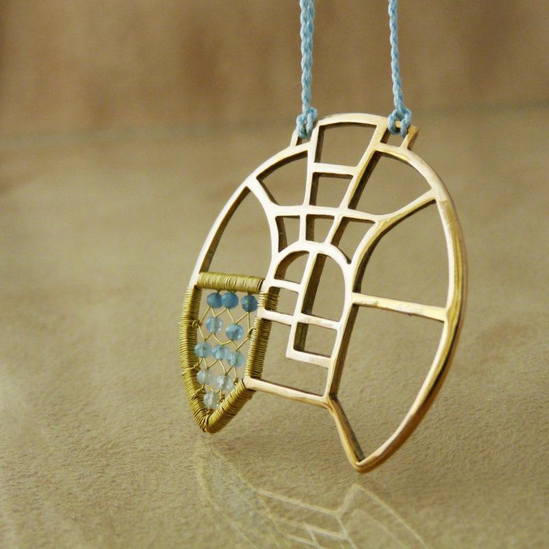 Autorský bronzový náhrdelník s motivy architektury a vitráží, doplněný akvamaríny.