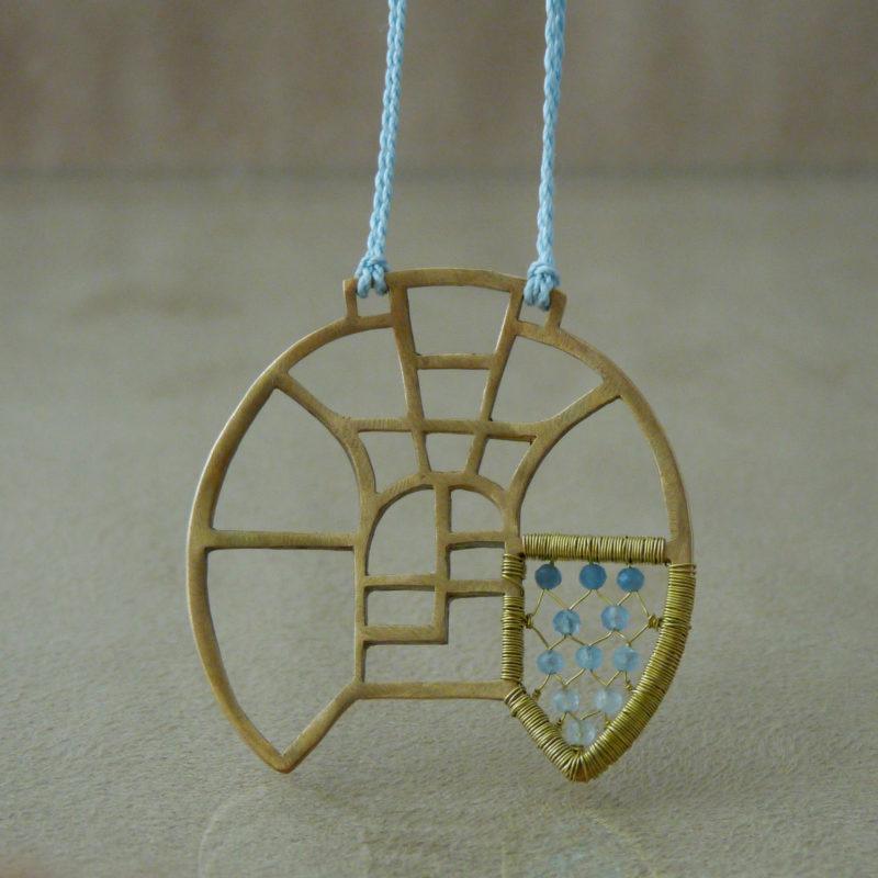 Neopakovatelný autorský náhrdelník z bronzu, mosazi a akvamarínů inspirovaný architekturou a vitrážemi za věšený na hedvábné šňůře