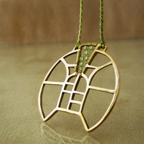 Autorský bronzový náhrdelník s motivy architektury a vitráží, doplněný olivíny.