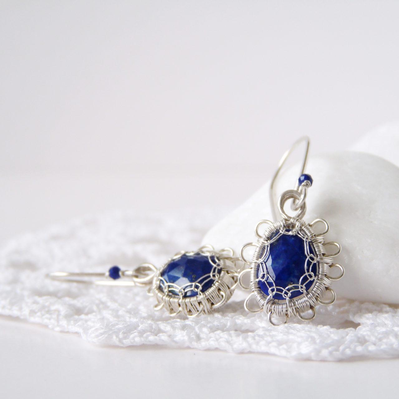 Drobné autorské naušnice se stříbrnou krajkou (Ag 925/1000) a nepravidelnými broušenými lapisy lazuli