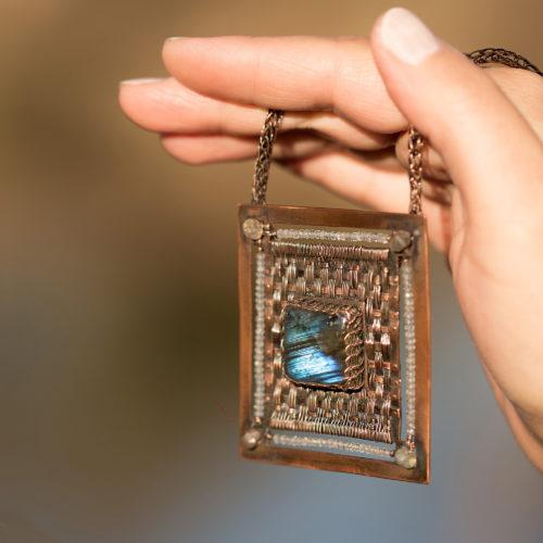 Autorský drátovaný náhrdelník ve stylu steampunku z mědi, labradoritů a topazů.