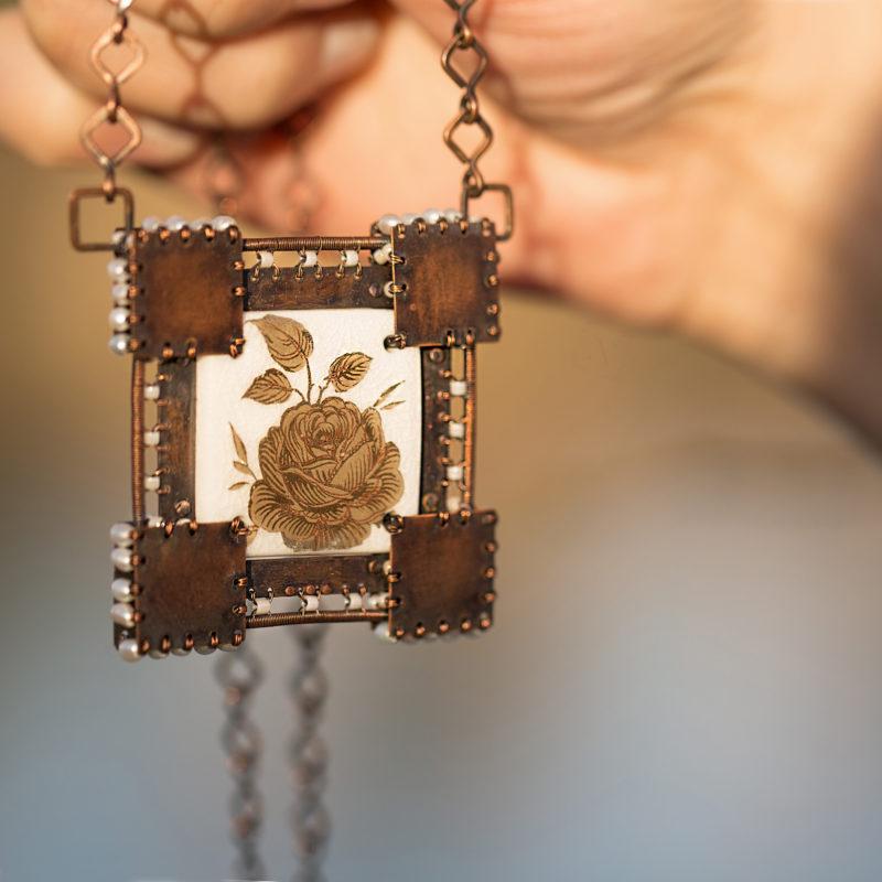 Neopakovatelný autorský drátovaný náhrdelník z mědi a porcelánu doplněný říčními perličkami.