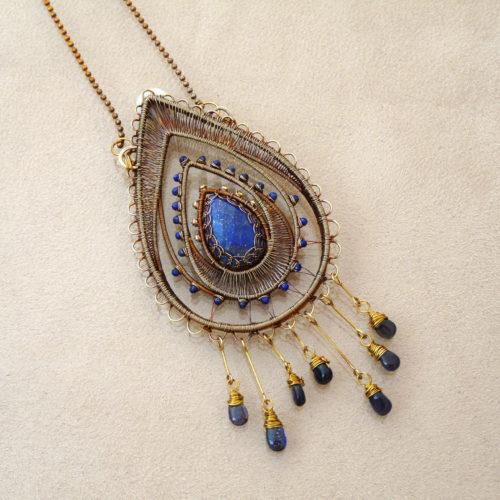 Neopakovatelný autorský drátovaný náhrdelník tvaru kapky z bronzu, mosazi, lapisů lazuli a iolitů připomínající lapač snů.