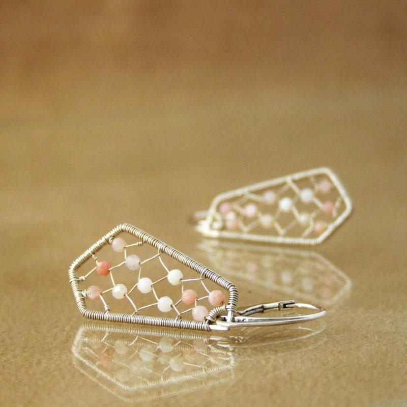 Neopakovatelné autorské puzetové naušnice ze stříbra Ag 925/1000 a růžových opálů inspirovaný architekturou a vitrážemi.