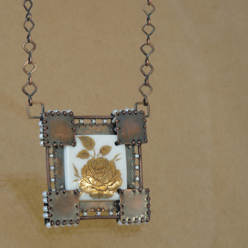 Neopakovatelný autorský drátovaný náhrdelník z mědi a porcelánu doplněný říčními perličkami a patinou inspirovaný středověkem a rytíři.