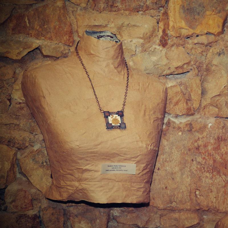 Neopakovatelný autorský drátovaný náhrdelník z mědi a porcelánu doplněný říčními perličkami inspirovaný středověkem a rytíři.