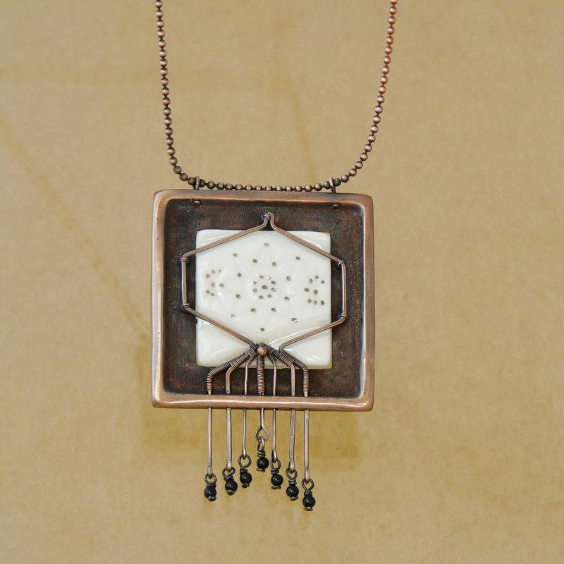 Neopakovatelný autorský náhrdelník z mědi a porcelánu s biologickým motivem