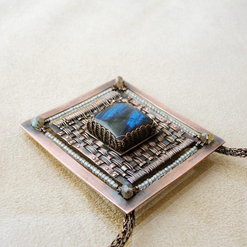Neopakovatelný autorský drátovaný náhrdelník ve stylu steampunku z mědi, labradoritů a topazů.