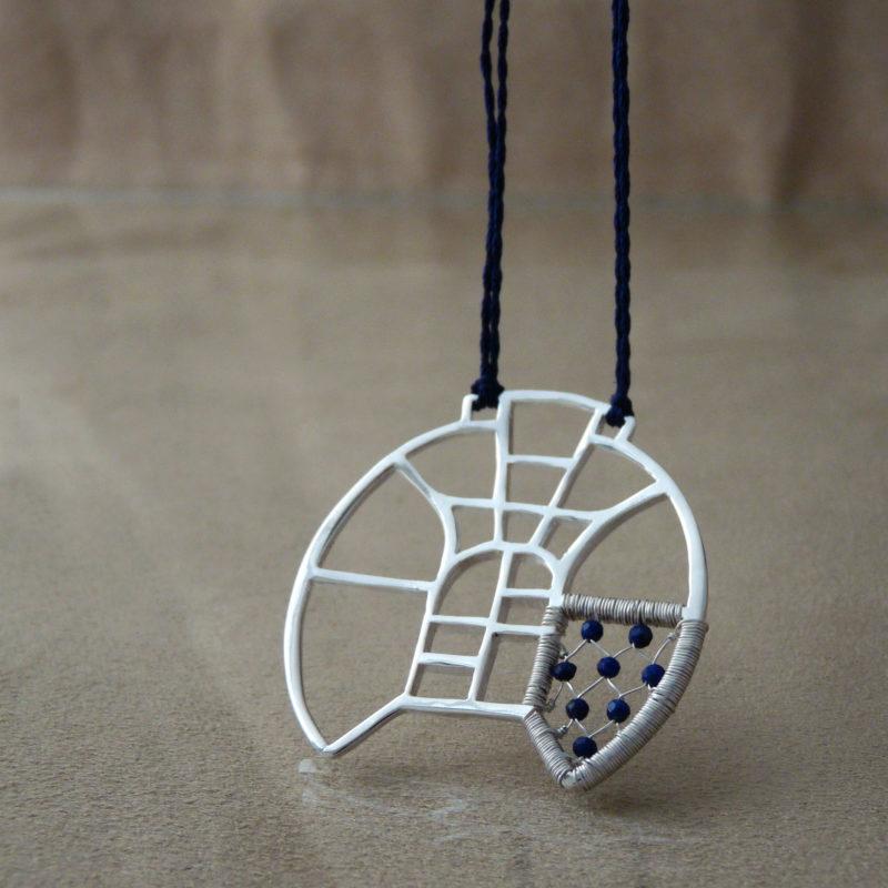 Neopakovatelný autorský náhrdelník ze stříbra Ag 925/1000 a lapisů lazuli inspirovaný architekturou a vitrážemi.