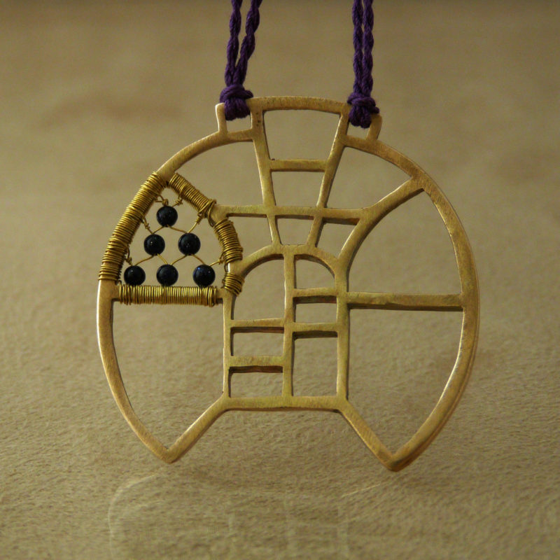 Neopakovatelný autorský náhrdelník z bronzu, mosazi a goldstonů inspirovaný architekturou a vitrážemi za věšený na hedvábné šňůře