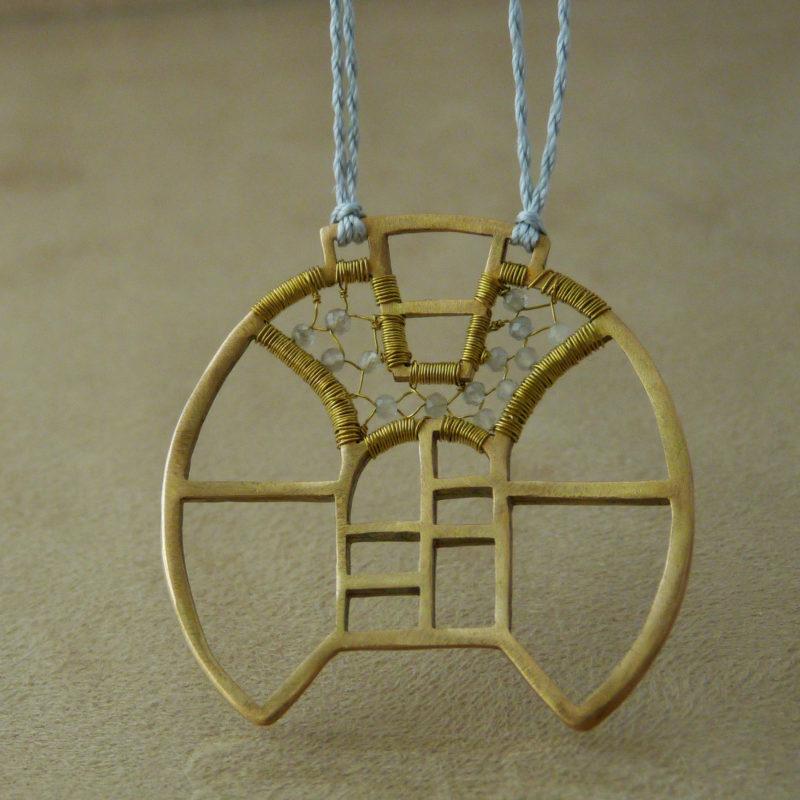 Neopakovatelný autorský náhrdelník z bronzu, mosazi a šedých měsíčních kamenů inspirovaný architekturou a vitrážemi za věšený na hedvábné šňůře