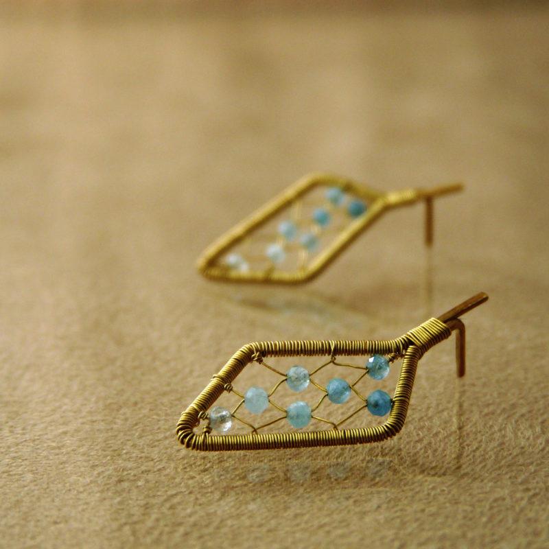 Neopakovatelné autorské puzetové naušnice z bronzu a akvamarínů inspirovaný architekturou a vitrážemi.