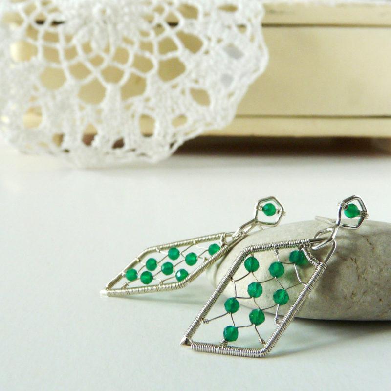 Neopakovatelné autorské puzetové naušnice ze stříbra Ag 925/1000 a zelených chalcedonů inspirované architekturou a vitrážemi.