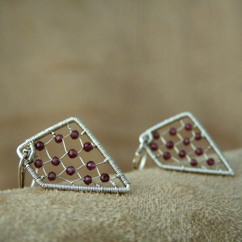 Neopakovatelné drátované naušnice ze stříbra Ag 925/1000 a drobných broušených granátů.