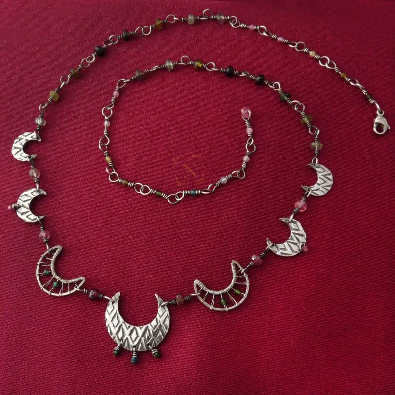 Neopakovatelný autorský článkový náhrdelník s motivem měsíců ze stříbra Ag 925/1000 a turmalínů dekorovaný vzory inspirovanými architekturou