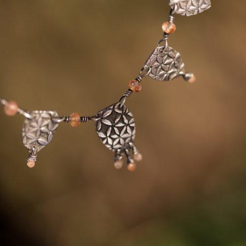 Neopakovatelný autorský stříbrný náhrdelník se slunečními kameny a štíty se vzorem zvýrazněným patinou.