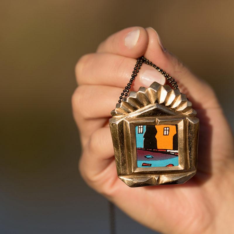 Neopakovatelný autorský náhrdelník z bronzu a porcelánu inspirovaný kubistickou architekturou