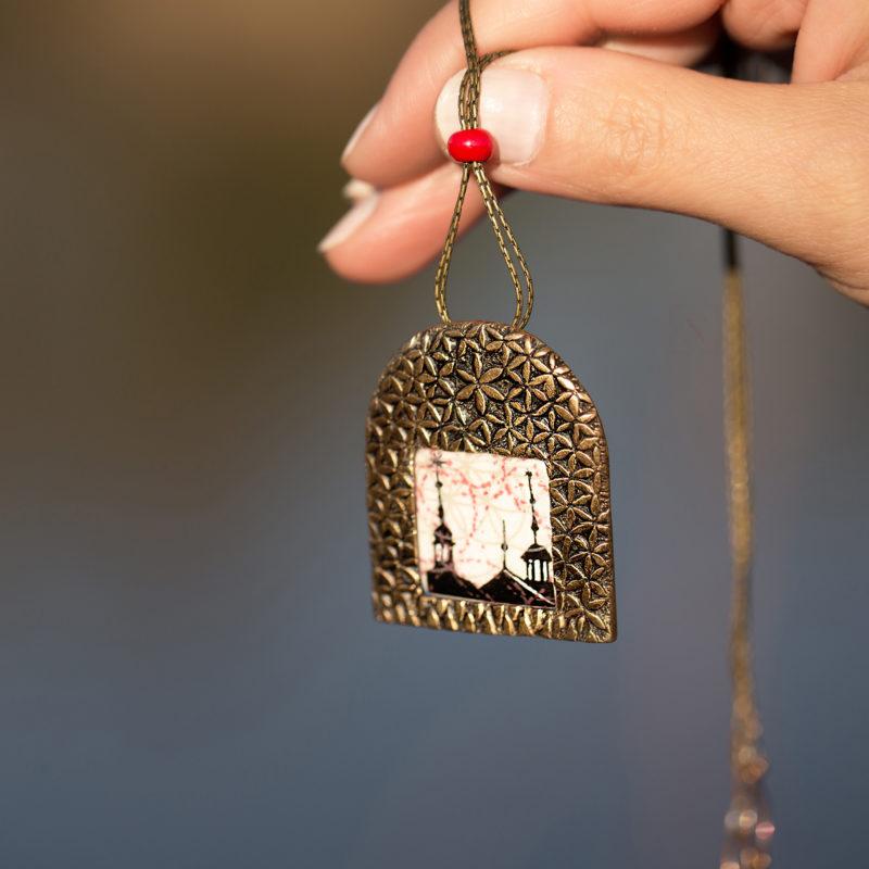 Neopakovatelný autorský náhrdelník z bronzu a porcelánu inspirovaný renesanční architekturou