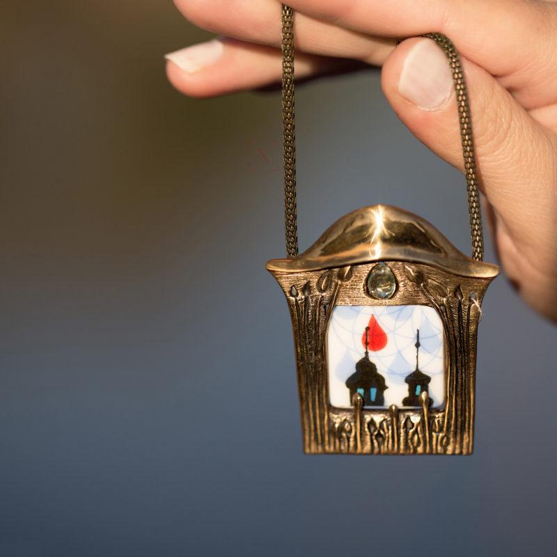 Neopakovatelný autorský náhrdelník z bronzu a porcelánu inspirovaný secesní architekturou
