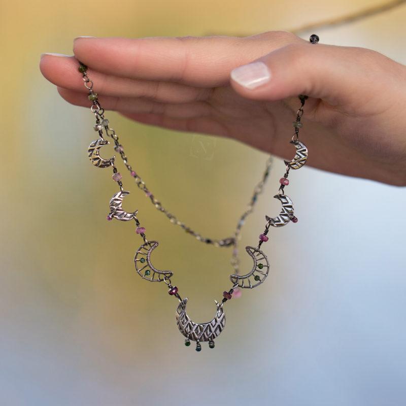 Neopakovatelný autorský náhrdelník ze stříbra Ag 925/1000 a turmalíny se vzorovanými články ve tvaru měsíců doplněný turmalíny