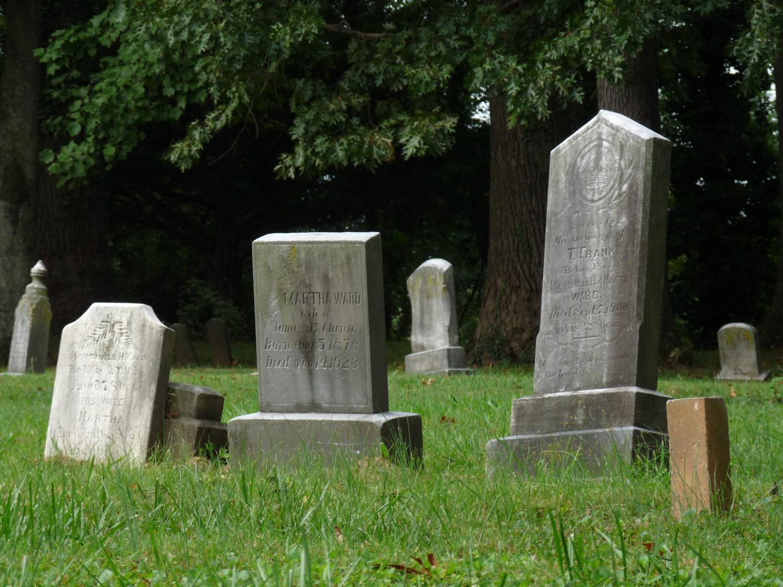 Několik náhrobků z Maplewoodu