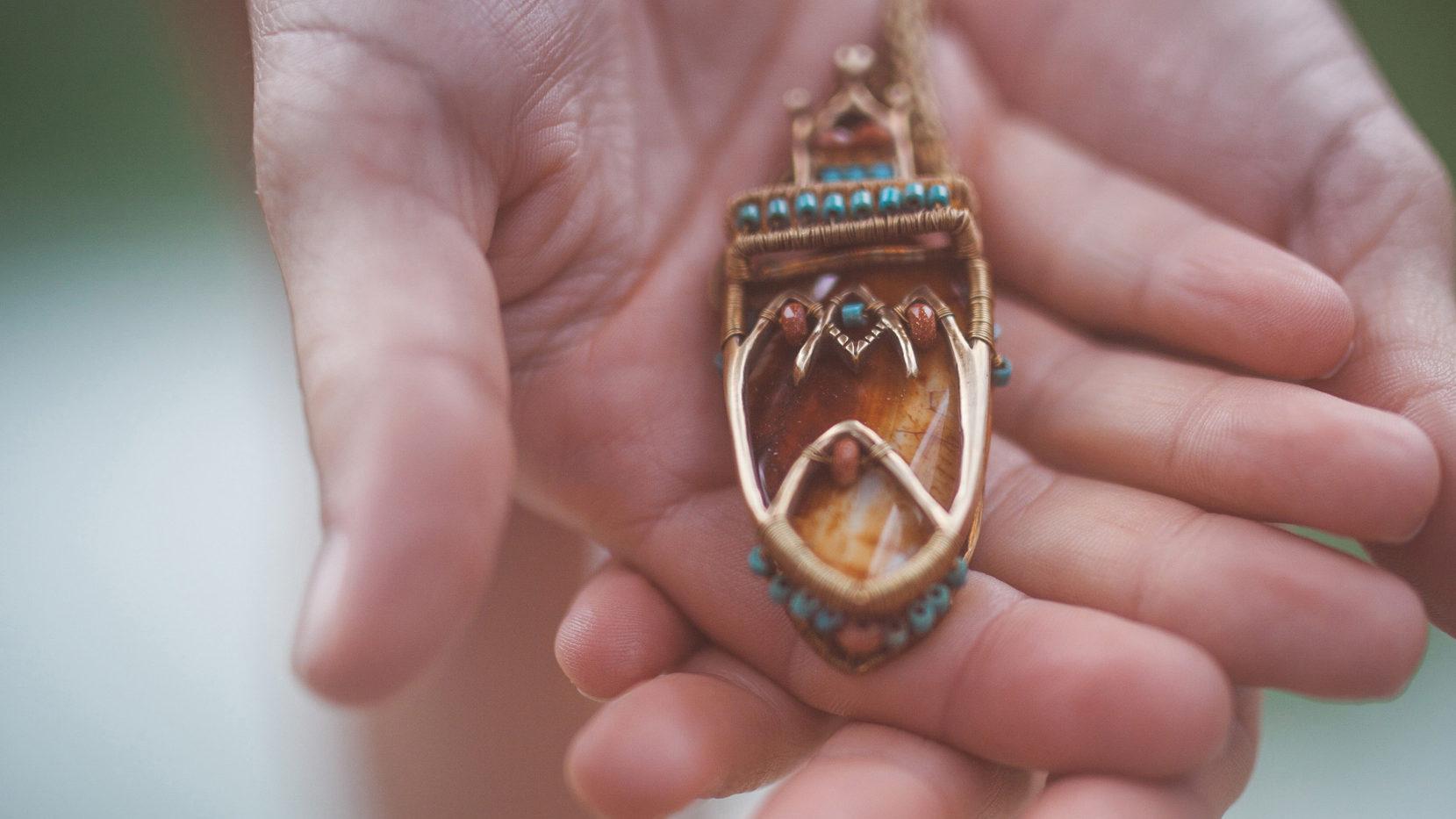 Neopakovatelný autorský náhrdelník z litého bronzu, jaspisu a tyrkysů odkazující na pouštní město Marrakesh.